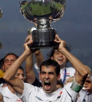 epa01080061 Iraqi Captain Younis Mahmoud holds the Asian Cup Trophy as he celebrates their victory against Saudi Arabia 1-0 after the final match of AFC Asian Cup 2007, in Jakarta, Indonesia, 29 July 2007.  EPA/MAST IRHAM